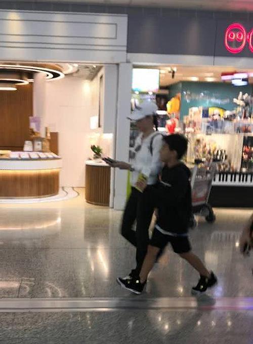 Bá Chi và con trai lớn tại sân bay hôm đầu tuần.