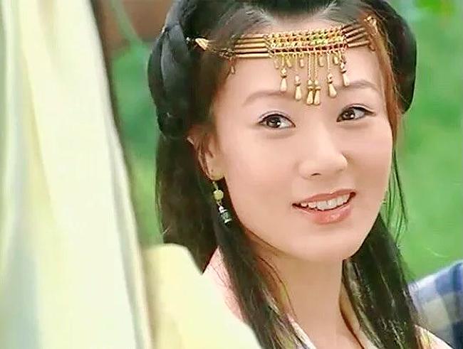 Khang Hoa là một diễn viên nổi tiếngcủa đàiTVB, cô là gương mặt khá quen thuộc của màn ảnh nhỏ qua các bộ phim như Ỷ Thiên Đồ Long Ký, Bát Tiên Toàn Truyện, Lực lượng Phản Ứng, Thăng Bình Công Chúa, Đao Hạ Lưu Nhân...