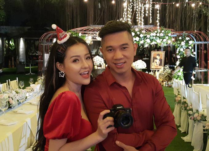Ca sĩ Lương Bằng Quang mặc ton-sur-ton với bạn gái đi ăn cưới.