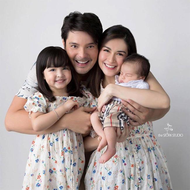 Trên trang cá nhân, nữ diễn viên chia sẻ hình ảnh gia đình 4 người bên nhau hạnh phúc. Tài tử Dingdong Dantes - chồng Marian nói rằng anh cảm thấy rất hạnh phúc vì một lần nữa trải nghiệm thiên chức làm cha, được chăm sóc bé sơ sinh.