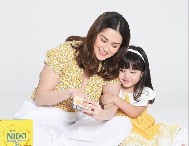 Marian cùng bé Zia ghi hình quảng cáo hồi đầu tháng 6.