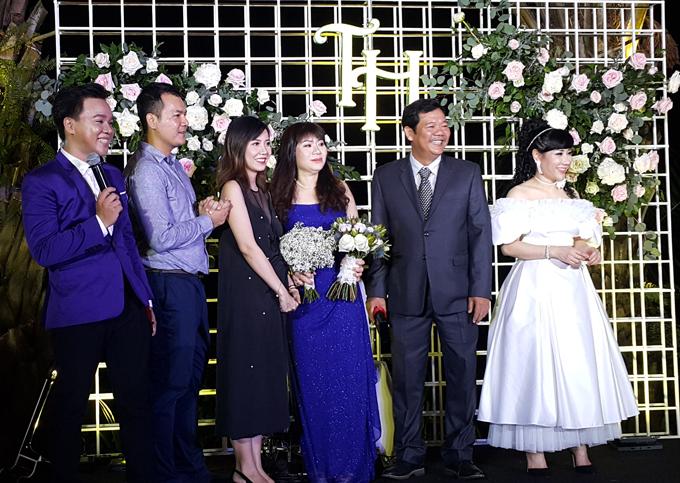 Cô dâu Thu Huyền mặc váy cưới trễ vai rạng rỡ bên người thân, gia đình. Là một doanh nhân, nữ đại gia ngại xuất hiện trên mặt báo nên không chụp nhiều ảnh với ông xã 9X.