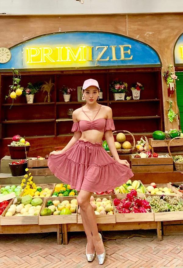Nếu tự tin về vòng eo săn chắc của mình thì các nàng có thể chọn áo hở eo đi kèm váy đồng màu như Jolie Phương Trinh.