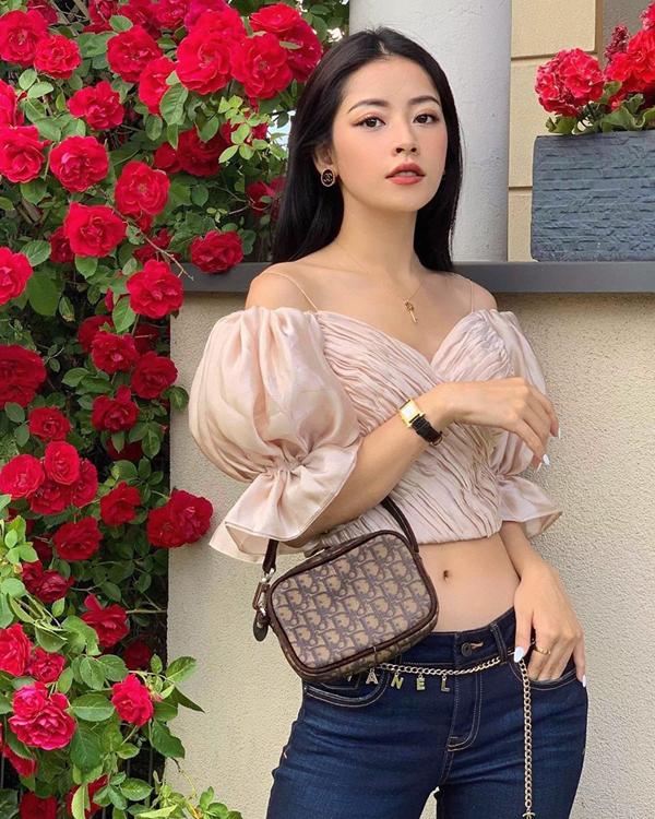 Đối với những bạn gái yêu vẻ điệu đà thì có thể chọn áo hở eo, tay bồng cắt may trên chất liệu lụa bóng như Chi Pu.