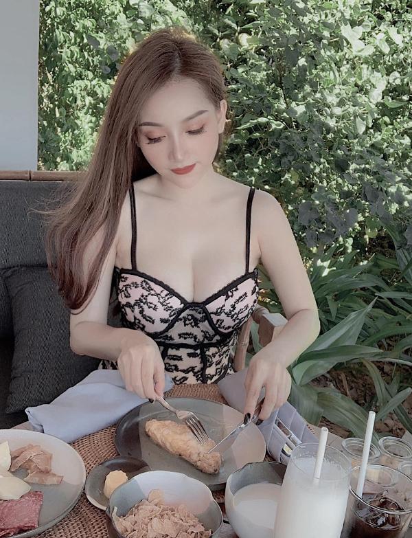 Bạn gái Văn Thanh khoe vòng một sexy khi thưởng thức bữa sáng ở resort tại Quy Nhơn. Ảnh: FB.