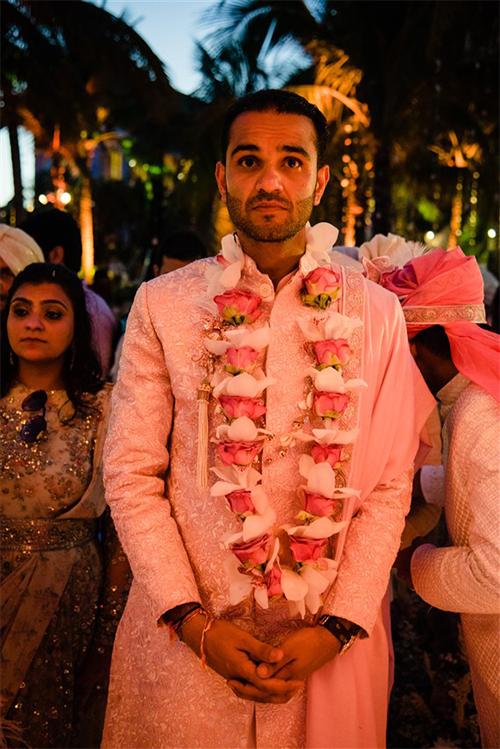 Đám cưới diễn ra với nhiều hoạt động, chương trình đặc sắc. Cô dâu tỷ phú Kaabia Grewal ngồi trên chiếc thuyền trải hoa tươi sặc sỡ xuất hiện từ ngoài biển. Chú rể Rushang Shah hồi hộp chờ đợi người thương bên bờ biển và trao cho vị hôn thê chiếc vòng kết từ vỏ sò.