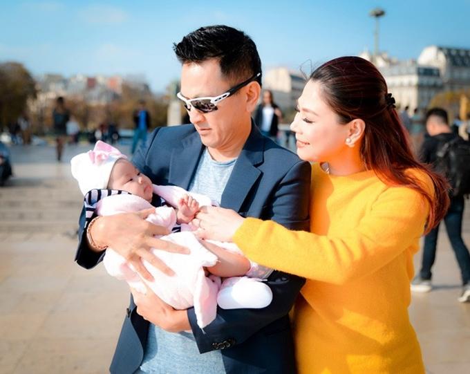 Thanh Thảo viên mãn bên chồng và con gái, bé Talia.