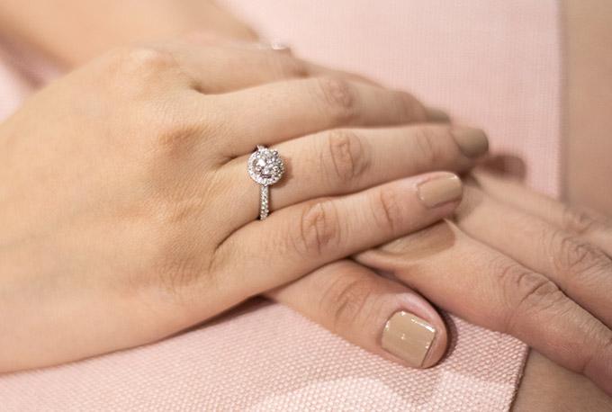 Chiếc nhẫn đính hôn mà Thu Thuỷ vừa được bạn trai tặng lấp lánh trên tay phải của cô.