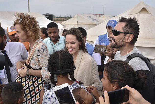 Angelina Jolie đến thăm một trại tị nạn vào ngày 8/6.