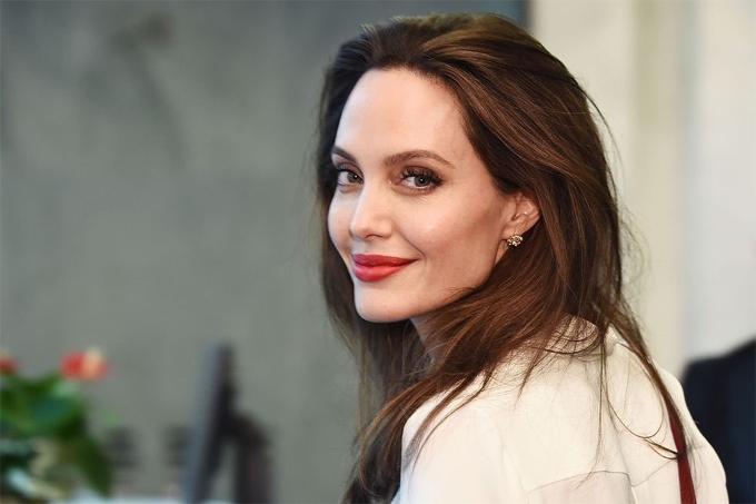 Angelina Jolie trở thành nhà báo.