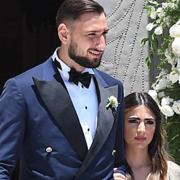 Bạn gái đi sandal cao gót vẫn chưa tới vai thủ môn AC Milan
