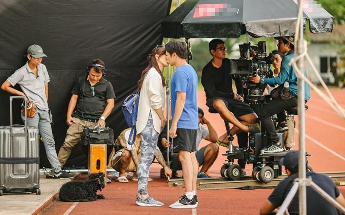 Thái Hòa hôn Phương Anh Đào ở cuối phim Chàng vợ của em.