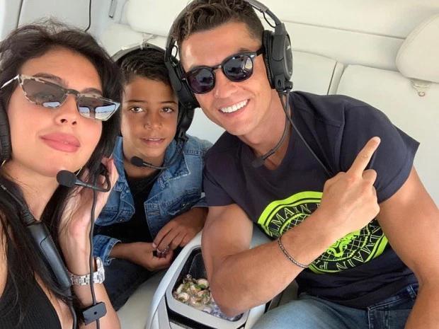 Trên trang cá nhân, C. Ronaldo chia sẻ ảnh chụp trong máy bay trực thăng với bạn gái và con trai đầu lòng.
