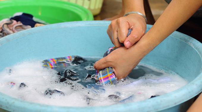 Giặt giũ - một trong những công việc nhà. Ảnh minh họa: ecoguide.