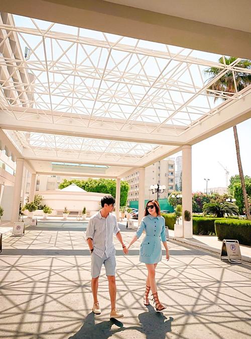 Vợ chồng Lý Hải - Minh Hà dắt tay nhau đi dạo khi du lịch ở Hy Lạp.