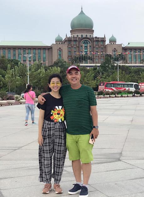 Hành trình vui hè Malaysia - Singapore của nhà em xin phép bắt đầu, diễn viênMai Phương chia sẻ về bức ảnh chụp bên Quốc Thuận.