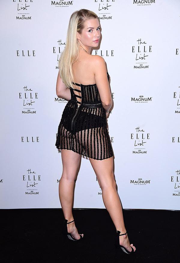 Chiếc váy mỏng tang mặc như không lộ trọn nội y và vòng ba của người đẹp 21 tuổi.