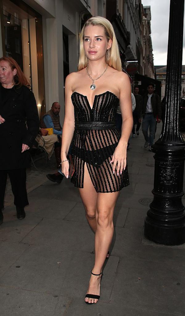 Lottie Moss thu hút sự chú ý trên đường phố khi đến buổi tiệc của tạp chí Elle.