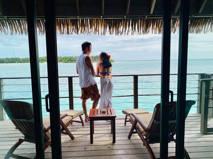 Đặc biệt, tầm 16h30, cácnhân viên sẽ dọn bàn ra biển,sắp xếp trang hoàng với bàn trắng, khăn voan lãng mạnkhiến hai vợ chồngtưởng có đám cưới nhưng chỉ là set up cho bữa ăn hàng ngày mà thôi.