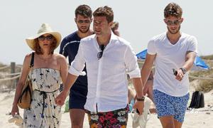 HLV Tottenham nắm tay vợ đi dạo trên bãi biển