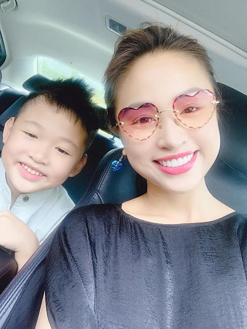 Vân Hugo và con trai tươi rói khi selfie.