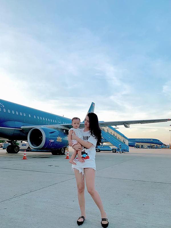 Đây là chuyến đi du lịch bằng máy bay lần đầu tiên của con gái Quế Ngọc Hải. Bé Sunny chào đời hồi tháng 7/2018.