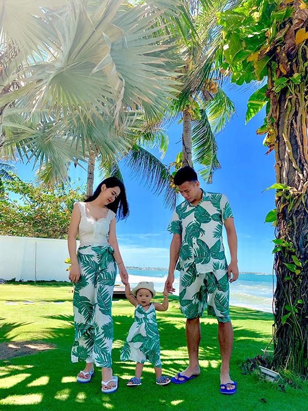 Thủ quân tuyển Việt Nam cùng vợ con mặc đồng phục chụp ảnh ở resort tại Nha Trang.