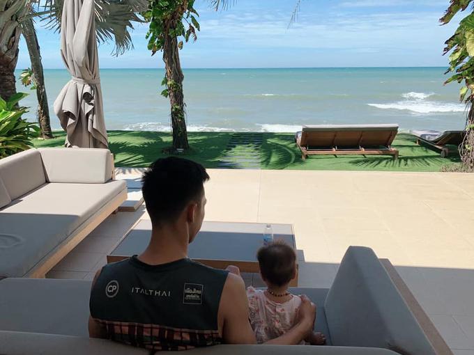 Gia đình Quế Ngọc Hải kết thúc kỳ nghỉ ở Nha Trang vào hôm 20/6. Trung vệ người Nghệ An phải quay trở lại tập luyện cùng CLB Viettel để chuẩn bị cho các trận đấu của giai đoạn lượt về V-League 2019.