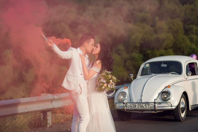 Pháo màu cũng là một đạo cụ đang được nhiều cô dâu chú rể sử dụng khi chụp ảnh cưới ở không gian rộng lớn.