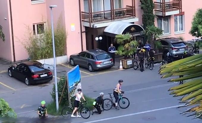 Vua Thái Lan mặc crop top màu tím đạp xe ở Thụy Sĩ. Ảnh: Cen.