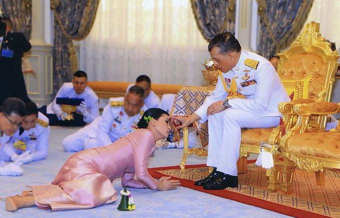 Hoàng hậu Suthida quỳ rạp để nhận ban phước của Vua