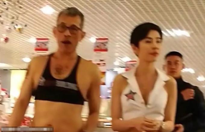 Vua Vajirusongkorn mặc croptop đi mua sắmở Munich, Đức năm 2017. Ảnh: Cen.