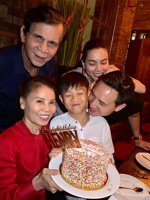 Hà Hồ cùng Kim Lý và bố mẹ chụp ảnh kỷ niệm bên con trai Subeo trong tiệc sinh nhật.