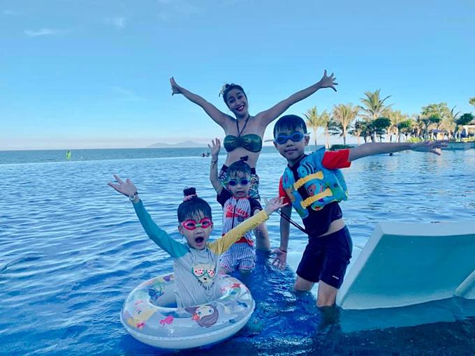 Ốc Thanh Vân và 3 con đùa vui trên hổ bơi tại một resort cao cấp ở Đà Nẵng.