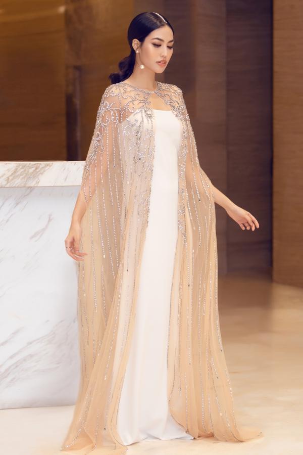 Dù đang mang thai con đầu lòng ở tháng thứ 5, Lan Khuê vẫn dành thời gian tham gia sự kiện showbiz phù hợp. Xuất hiện ở một event tối 21/6, cô chọn váy của nhà thiết kế Hà Thanh Huy, khoe nhan sắc cuốn hút.