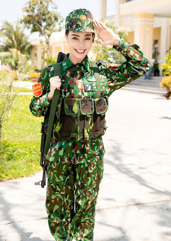 Trà Ngọc Hằng tới thăm trụ sở Bộ chỉ huy bộ đội biên phòng tỉnh Đồng Nai. Cô hào hứng sắm vai một chiến sĩ nai nịt gọn gàng, sẵn sàng làm nhiệm vụ bảo vệ biên giới.