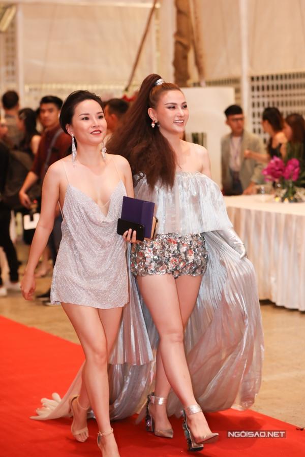 Thu Thủy (phải) cười rạng rỡ trên thảm đỏ. Cô vừa được bạn trai Kin Nguyễn cầu hôn.
