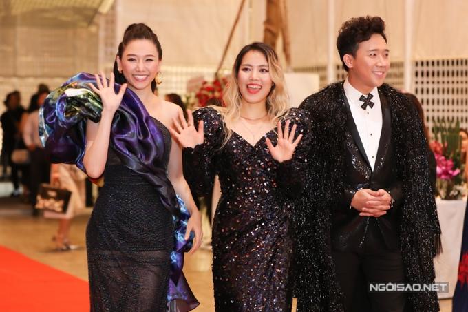 Vợ chồng Trấn Thành - Hari Won chọn trang phục lấp lánh.