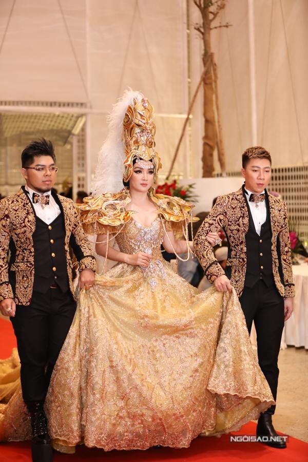 Hoa hậu Đền Hùng Giáng My gây chú ý với váy dạ hội và mũ đội đầu cầu kỳ.