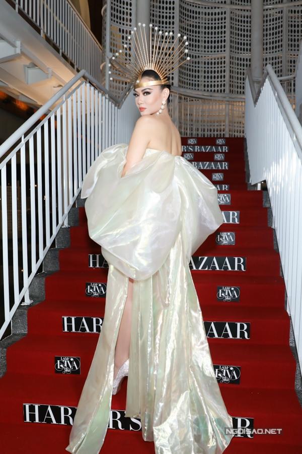 Thu Minh đội vương miện, tạo dáng sắc lạnh trên thảm đỏ. Trong MV I am Diva, cô xây dựng hình ảnh quyền lực, sang trọng.