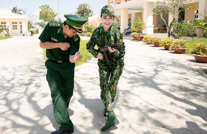 Trà Ngọc Hằng được một cán bộ hướng dẫn cách cầm súng, di chuyển đúng cách để tránh bị kẻ địch phát hiện.