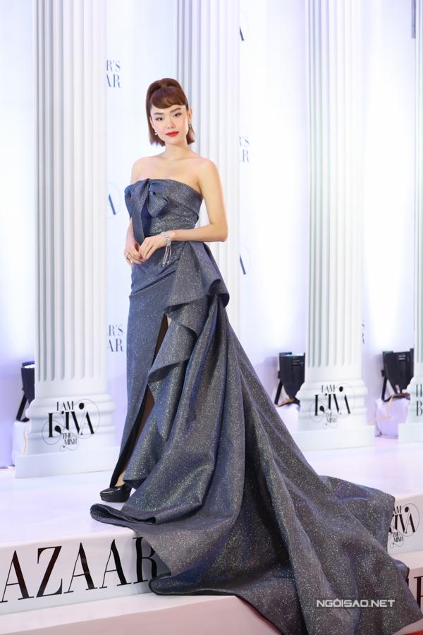 Minh Hằng diện váy chất liệu sequins dài quét đất đến ủng hộ đàn chị.