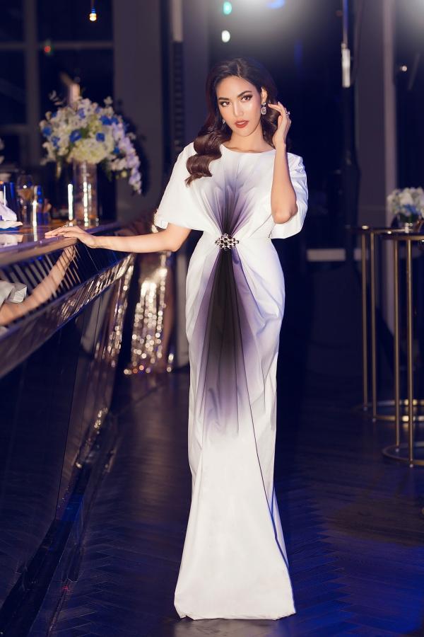 Lan Khuê thường chuộng váy phom dáng rộng, tạo sự thoải mái và dễ dàng di chuyển khi mang bầu.