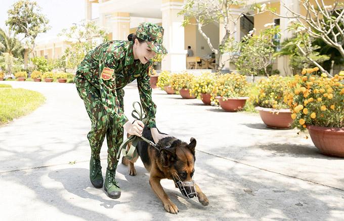 Cô nhanh chóng làm quen và thuần thục với việc chỉ huy, tác chiến bên những chiến sĩ 4 chân.