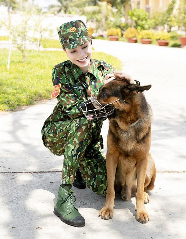 [Caption  Tập làm quen với các công việc của một chiến sỹ, Trà Ngọc Hằng đến với phần thực hành tác chiến cùng chó nghiệp vụ. Đây là sự trải nghiệm khá thú vị với cô vì trước đó Trà Ngọc Hằng tiết lộ cô không quen chó, càng rất sợ những chú chó to xác. Lần đầu tiên huấn luyện chó trong khi bản thân rất sợ những chú chó to con như vậy. Thực tế là khi trải nghiệm mới thấy việc ra hiệu lệnh cho những chú chó mới vừa quen biết nhau là không dễ tí nào Tuy nhiên, may mắn cho Trà Ngọc Hằng là người chủ của chú chó - cũng là người tham gia hướng dẫn cô - đứng kế bên nên chỉ mất đôi chút thời gian, Trà Ngọc Hằng đã có thể hoàn thành phần thử thách này.