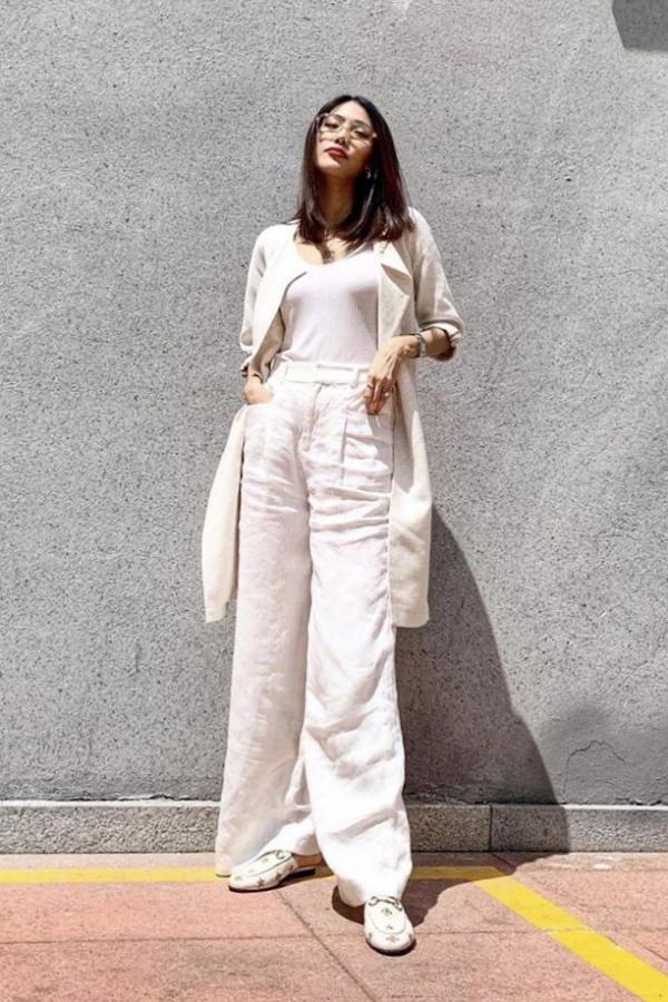 Phong cách thời trang đơn giản của bà bầu nổi tiếng. Cô chuyển sang mang dép xẹp an toàn cho sức khoẻ mẹ và bé.