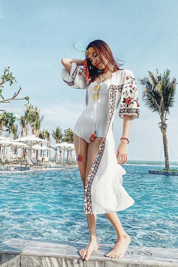 Dù bụng lấp ló những tháng đầu thai kỳ, cô vẫn tự tin diện bikini trong một chuyến đi nghỉ dưỡng cùng chồng thiếu gia.