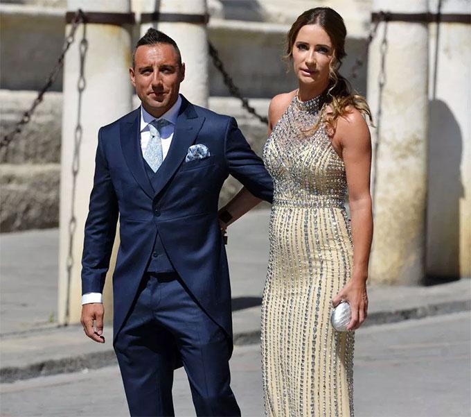 Vợ chồng Santi Cazorla tới dự đám cưới Ramos.