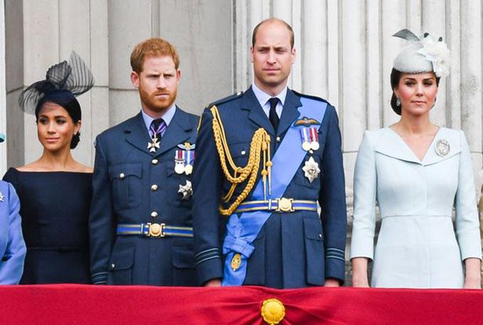 Vợ chồng William và vợ chồng Harry trên ban công Điện Buckingham dự lễ kỷ niệm 100 năm Lực lượng Không quân hoàng gia năm 2018. Ảnh: PA.