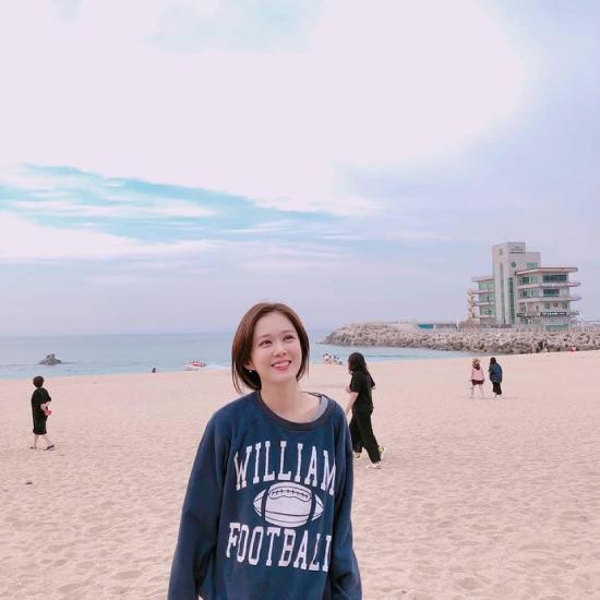 Hình ảnh đời thường của Jang Nara trong chuyến đi biển vừa được chia sẻ trên mạng xã hội. Nữ diễn viên 38 tuổi trong trang phục đời thường, gương mặt trang điểm nhẹ nhàng trông rất xinh xắn. Jang Nara đã 38 tuổi, nhưng nhan sắc, vóc dáng vẫn không hề thay đổi với cả chục năm trước, vì thế khán giả gọi cô là mỹ nhân lão hóa ngược.